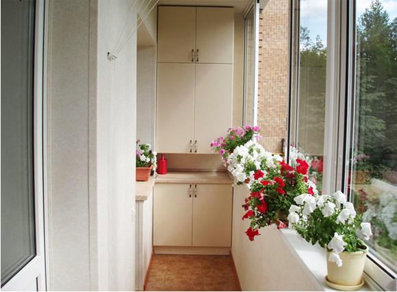 Шкаф на маленьком балконе