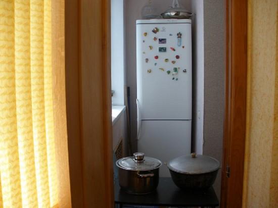 Холодильник на маленьком балконе